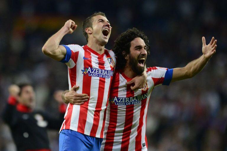 Gabi junto a Arda Turan celebrando el triunfo del Atlético en la Copa del Rey. FOTO: AFP