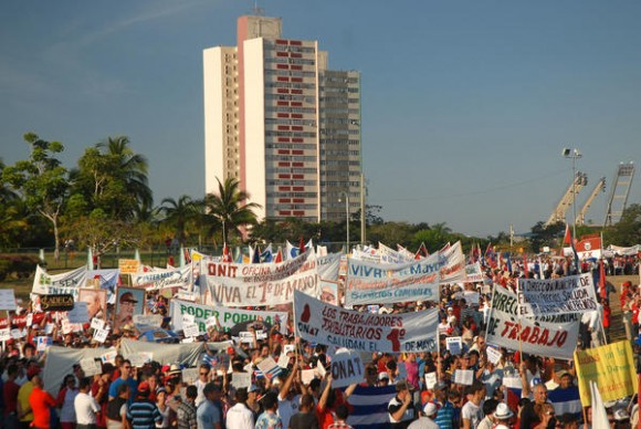 Desfile por el Día Internacional de los Trabajadores, celebrado en la Plaza de la Revolución Mayor General Calixto García, de la ciudad de Holguín, Cuba, el 1ro. de mayo de 2013. AIN FOTO/Juan Pablo CARRERAS/