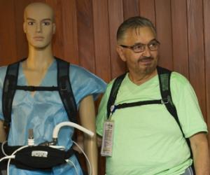 Salvador Pérez Yáñez ha vivido con el dispositivo casi seis meses y se siente feliz. Sus nietos lo llaman Ironman