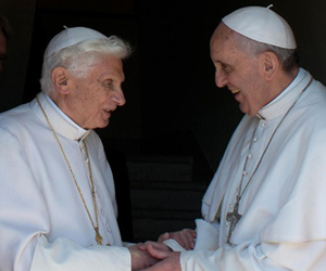 Benedicto XVI (izquierda) y Francisco. Foto: AFP/Observatore Romano.