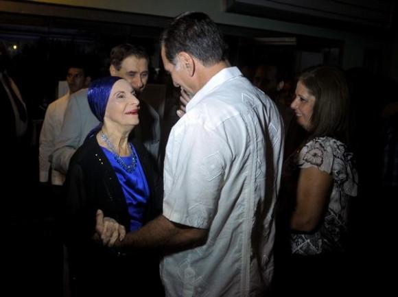La Prima Ballerina Assoluta Alicia Alonso, Directora General del Ballet Nacional de Cuba, saluda al Héroe de la República de Cuba René González, minutos antes del comienzo de la gala en honor a los Cinco Héroes cubanos, en el Teatro Mella, en La Habana.