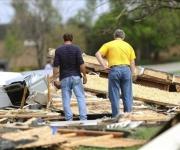 Padres buscan a sus hijos entre los escombros. FOTO: EFE