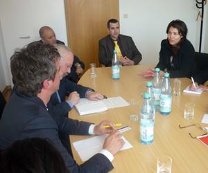 Laura Labañino explica a representantes del partido La Izquierda el caso de los Cinco.