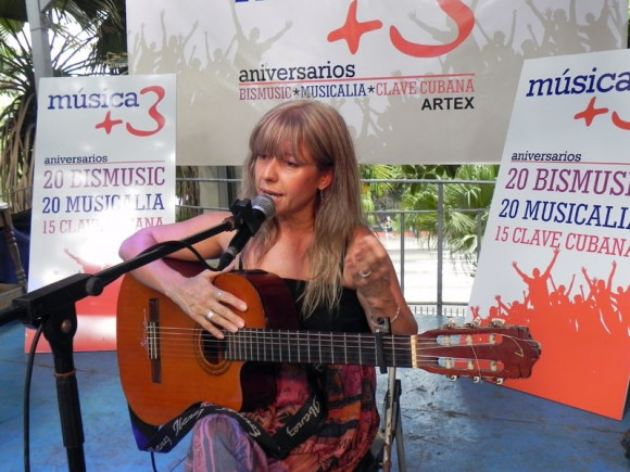 La trovadora argentina Silvia Adriana inauguró el Especio de La Pérgola en el Pabellón Cuba.