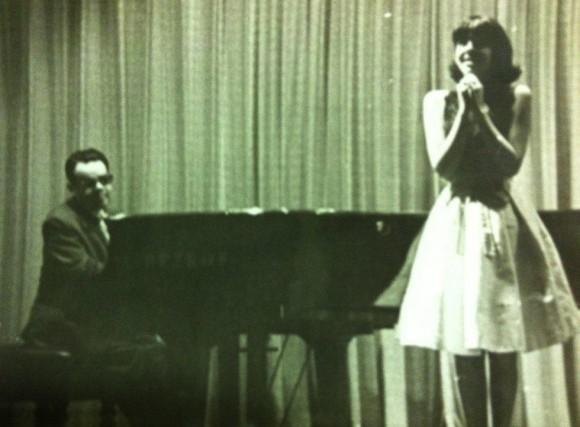 primer recital de la muchacha con Frank Emilio en Bellas Artes sino a una segunda oportunidad que se ganó para convocarnos, en igualdad de condiciones, a un nuevo encuentro  fechado, según una inscripción a lápiz que aparece al dorso, el 14 de junio de 1965.
