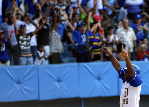 Tabares celebra la victoria de Industriales. Foto: Ladyrene Pérez/Cubadebate.