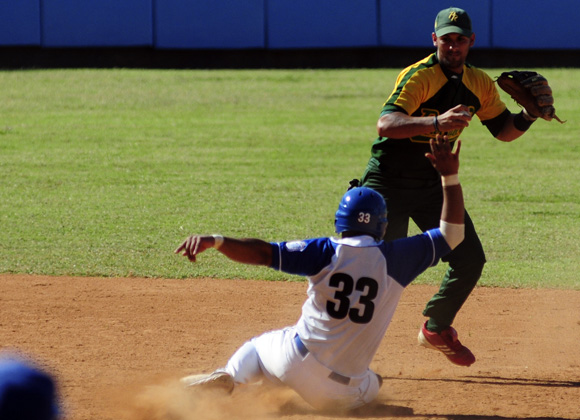 Barcelán es puesto out en segunda base. Foto: Ladyrene Pérez/Cubadebate.