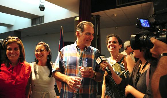 René González al concluir la Conferencia de Prensa. Foto: Ladyrene Pérez/Cubadebate.