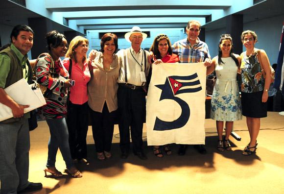 René González y Olga Salanueva al concluir la Conferencia de Prensa. Foto: Ladyrene Pérez/Cubadebate.