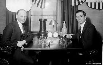 Edward Lasker (derecha) frente al gran Savielly Tartakower.