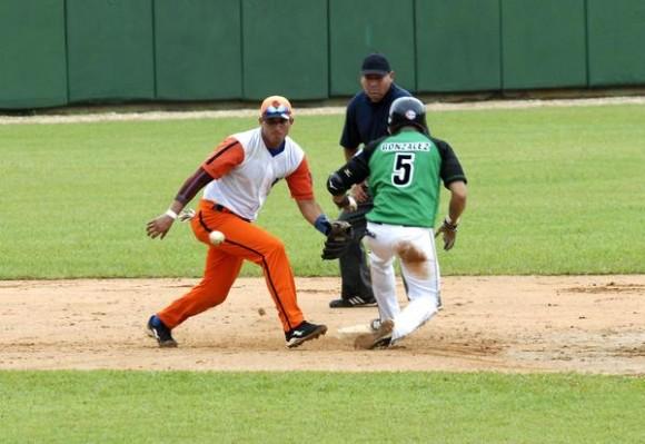 Juego entre los equipos de Villa Clara y Cienfuegos, correspondiente al Play Off de la 52 Serie Nacional de Béisbol, efectuado en el estadio Augusto César Sandino, en Santa Clara, Cuba, el 1 de junio de 2013.  AIN  FOTO/Arelys María ECHEVARRÍA RODRÍGUEZ/og