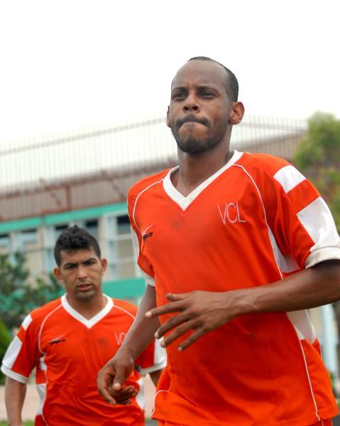 Ariel Martínez, de Villa Clara, autor del gol frente a Camagüey, que le aseguró a su equipo el pase a la final del 98 Campeonato nacional de Fútbol, en la cancha Patricio Lumumba, en Camagüey, el 1 de junio de 2013. AIN FOTO/ Rodolfo BLANCO CUÉ