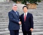 EL primer vicepresidente cubano Miguel Díaz-Canel con el vicepresidente chino Li Yuanchao, durante su visita a Beijing, China, el 17 de junio de 2013. AIN FOTO/ FotosPL/Cortesía/Delegación Cuba