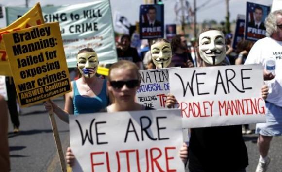 """""""Somos el futuro"""", """"Somos Bradley Manning""""."""