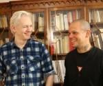 Julian Assange (izquierda) y René Pérez, el Residente de Calle 13, en la Embajada de Ecuador, en Londres, donde permanece el fundador de Wikileaks desde hace más de 400 días.