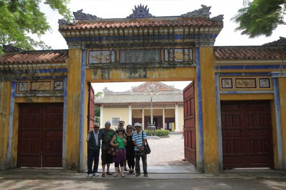 Isabel Santos y el equipo de realización del documental en una de las puertas originales de la ciudadela imperial. Fotos: Rafael Solís/Cubadebate