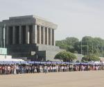 Mausoleo a Ho Chi Minh. Cualquier día de la semana, excepto los jueves, desde las 7 de la mañana, hay una larga fila para pasar junto a la urna donde yace su cuerpo conservado. Fotos: Cubadebate