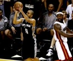 Tony Parker guió a los Spurs