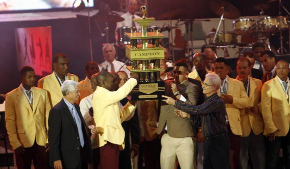 Villa Clara recibe el trofeo. Foto: Ismael Francisco/Cubadebate.