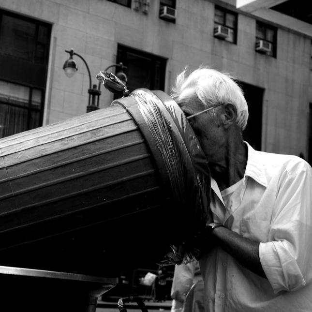 Un hombre busca en un tanque de basura en la Ciudad de Nueva York. Foto: Getty Images