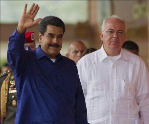 El presidente de Venezuela, Nicolás Maduro (i), y el ministro venezolano de Petróleo y presidente de PDVSA, Rafael Ramírez. EFE/Archivo