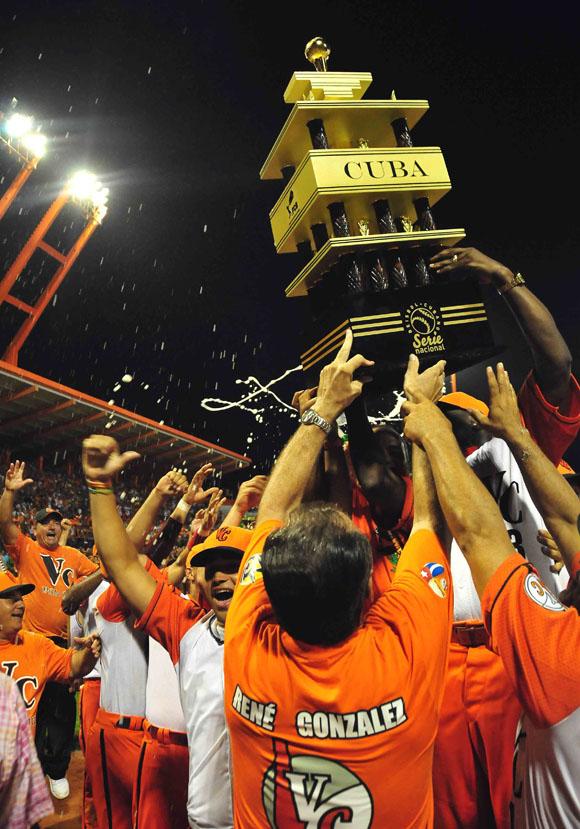 René González entregó el trofeo de la alegría villaclareña. Foto: Ismael Francisco/Cubadebate.