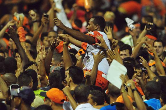 Freddy Asiel, el Más Valioso, fue paseado por todo el estadio. Foto: Ismael Francisco/Cubadebate.