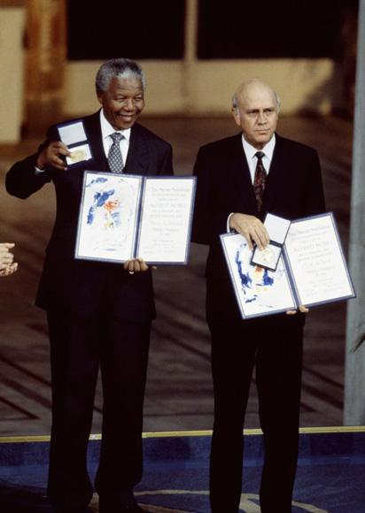 Nelson Mandela y F.W. de Klerk recogen el Premio Nobel de la Paz como reconocimiento a la labor de ambos en el fin del 'apartheid'.