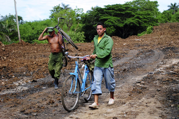 Deslizamiento de tierra en la carretera San Cristóbal-Bahía Honda tiene incomunicados ambos municipios. Foto: Ladyrene Pérez/Cubadebate.