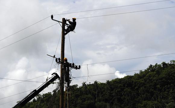 El deslizamiento de tierra en la carretera San Cristóbal-Bahía Honda también provocó afectaciones eléctricas Foto: Ladyrene Pérez/Cubadebate.