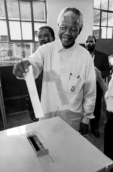 Nelson Mandela vota en las elecciones celebradas en Sudáfrica en 1994, las primeras con sufragio universal del país.