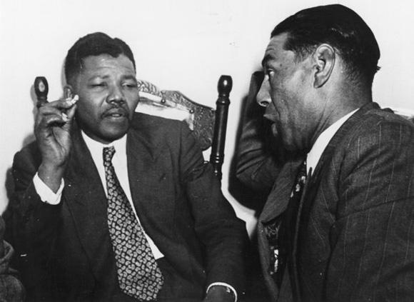 Nelson Mandela dialoga con un profesor en Ciudad del Cabo, Sudáfrica en 1964.