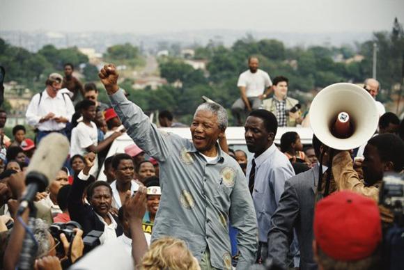 Nelson Mandela levanta el puño ante sus seguidores.