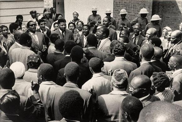 Nelson Mandela y sus amigos cantan en 1961 el 'Nikosi Sikelel I Afrika', himno de los oprimidos que luchaban contra el 'apartheid'.