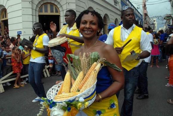 Representantes de países que asisten a la edición 33 del Festival del Caribe o Fiesta del Fuego, participaron en el Desfile de la Serpiente, en la ciudad de Santiago de Cuba, el 5 de julio de 2013.   AIN   FOTO/Miguel RUBIERA JÚSTIZ