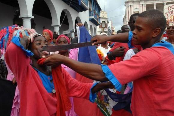 Desfile de la Serpiente, en la edición 33 del Festival del Caribe o Fiesta del Fuego, en la ciudad de Santiago de Cuba, el 5 de julio de 2013.   AIN   FOTO/Miguel RUBIERA JÚSTIZ/