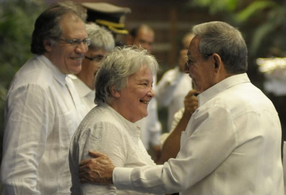 El General de Ejército Raúl Castro Ruz (D), Presidente de los Consejos de Estado y de Ministros de Cuba, saluda a Lucía Topolansky, esposa del presidente uruguayo José Mujica, en la ceremonia de recibimiento en la sede del Consejo de Estado, en el Palacio de la Revolución, en La Habana, Cuba, el 24 de julio de 2013. AIN FOTO/Tony HERNÁNDEZ MENA/