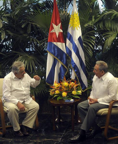 El General de Ejército Raúl Castro Ruz (D), Presidente de los Consejos de Estado y de Ministros de Cuba, y José Mujica (I), presidente de la República Oriental del Uruguay en las conversaciones oficiales en el Palacio de la Revolución, en La Habana, Cuba, el 24 de julio de 2013. AIN FOTO/Tony HERNÁNDEZ MENA