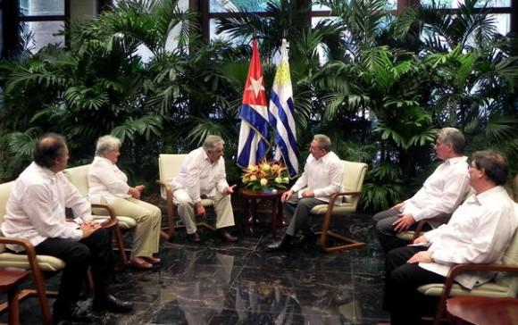 El General de Ejército Raúl Castro Ruz (CD), Presidente de los Consejos de Estado y de Ministros de Cuba, y José Mujica (CI), presidente de la República Oriental del Uruguay en las conversaciones oficiales en el Palacio de la Revolución, en La Habana, Cuba, el 24 de julio de 2013. AIN FOTO/Tony HERNÁNDEZ MENA