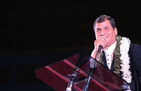 Correa pronuncia discurso en Cochabamba. Foto: AVN