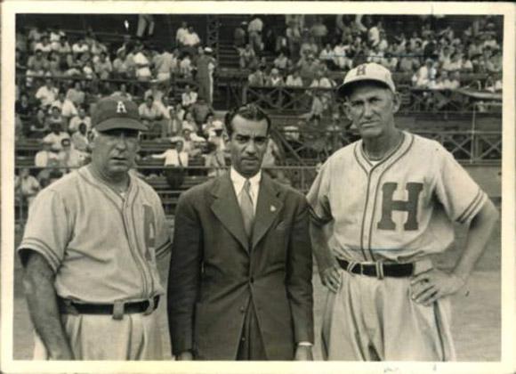 Adolfo Luque (extremo izquierdo) y Miguel Angel González (extremo derecho), junto a un directivo del béisbol en el estadio La Tropical