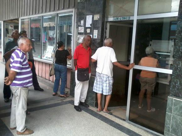 Cajero Automático contiguo a la Sucursal de Belascoaín, entre San Rafael y San Martín, Centro Habana.  Foto: Gilberto Dorrego/Cubadebate.