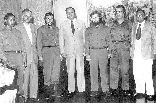 Esta es la única imagen que se conserva de la visita de Ernesto Guevara a Karachi en 1959, publicada por primera vez en el libro Pakistán Chronicle, en abril de 2010. En el centro, el General Ayub Khan y en el extremo derecho, Mr. Manzur Qadir, Ministro de Asuntos Exteriores.  Foto: Archivo de Cubadebate