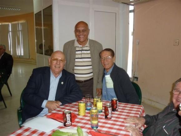De izquierda a derecha. los doctores Humberto Sainz, Uvelino Moreno y Lopez Tejeda en el encuentro por el Aniversario 48 de su graduación
