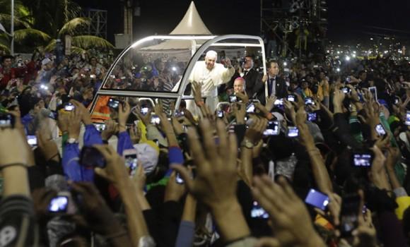 El Papa es aclamado por  la multitud reunida en Copacabana. 25 de julio de 2013