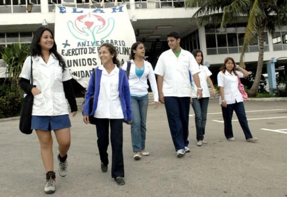 La Escuela Latinoamericana de Medicina ha formado a miles de médicos procedentes de 60 países  Su alto nivel profesional ha sido reconocido por la Junta de Acreditación Nacional de la Educación Superior