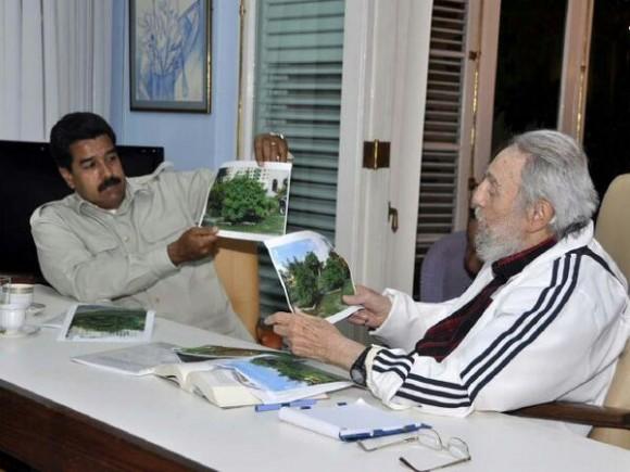 Fidel mostró a Maduro investigaciones sobre producción alimentaria y expresó preocupación por el cambio climático. 27 de julio de 2013 Foto:Estudios Revolución