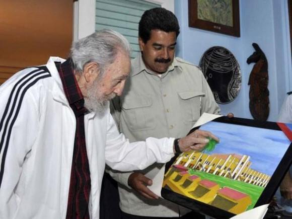 El presidente venezolano obsequió al líder cubano un cuadro dibujado y pintado por el líder venezolano, Hugo Chávez, durante una de sus jornadas de tratamiento en La Habana.  La imagen del cuadro es el Cuartel Moncada. Foto: Estudio Revolución