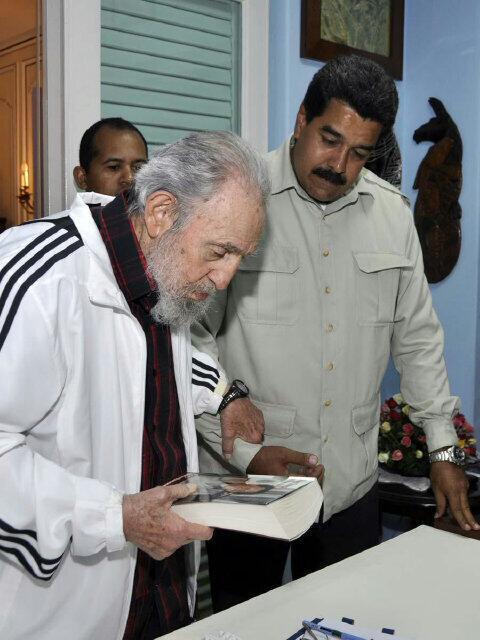 Maduro obsequió a Fidel el libro 'Mi primera vida', de Ignacio Ramonet, una entrevista de profundidad al Comandante Chávez. Foto: Estudios Revolución