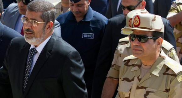 General Abdel Fattah al-Sisi al lado del depuesto presidente Mursi